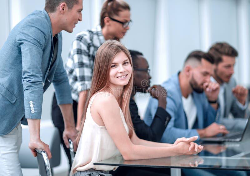 Empresários com o computador digital que tem a reunião no escritório imagens de stock