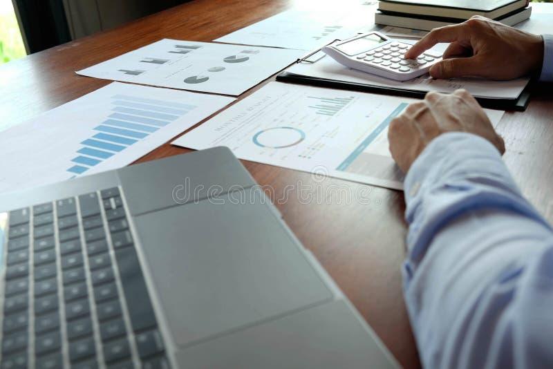 Empresários, contadores financeiros, planejadores, trabalho, planejamento, ideias no escritório, usando ferramentas e calculador foto de stock royalty free