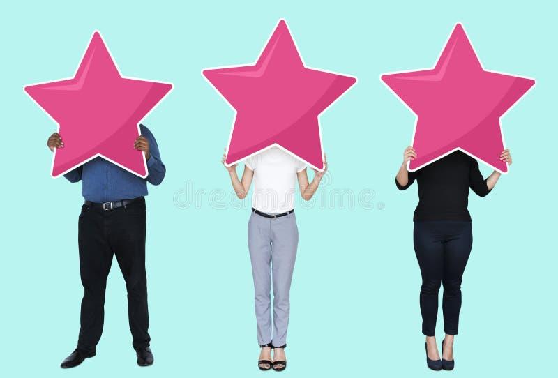 Empresários diversos que mostram símbolos da avaliação da estrela imagens de stock royalty free