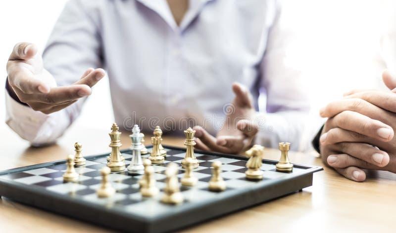 Empresários e mulheres analisam estratégias de jogar xadrez para reduzir riscos e alcançar sucesso foto de stock