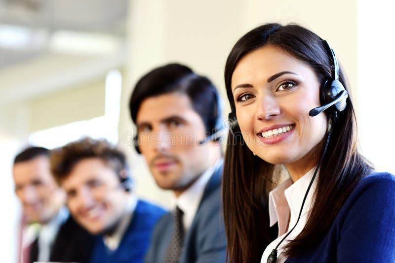 Empresários em um escritório do centro de atendimento imagem de stock royalty free