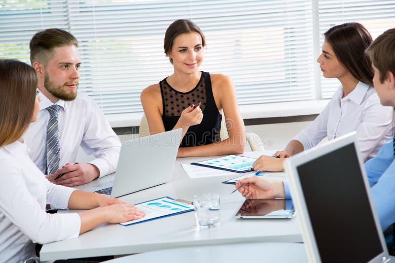 Empresários em uma reunião no escritório fotografia de stock royalty free