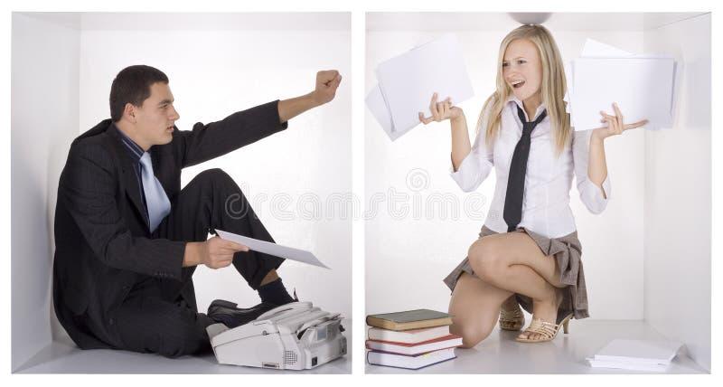 Empresários engraçados nos cubos brancos imagens de stock