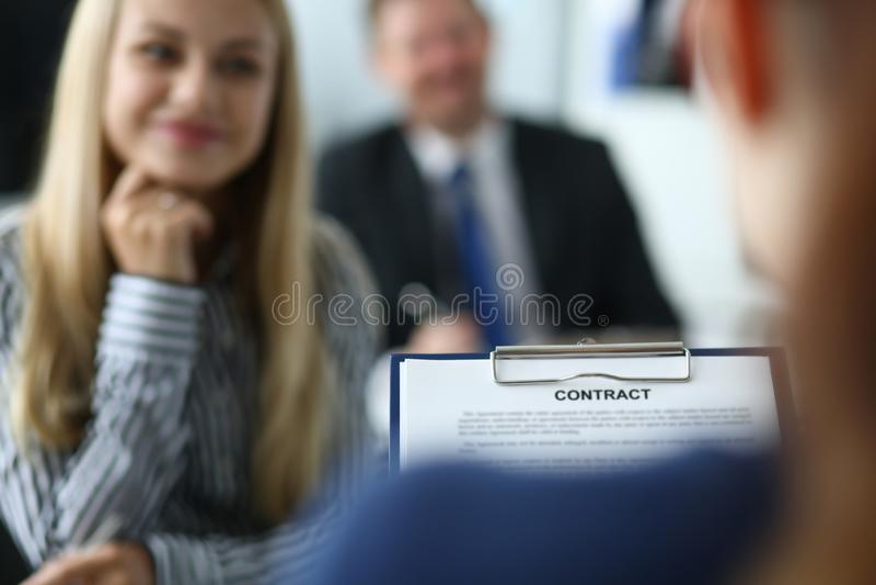 Empresários espertos no escritório imagens de stock