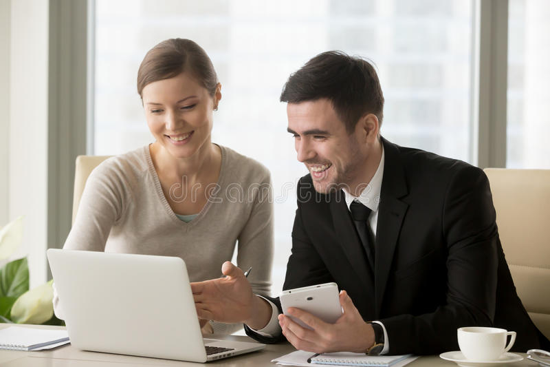 Empresários felizes de sorriso que usam dispositivos espertos para o busi móvel fotografia de stock royalty free