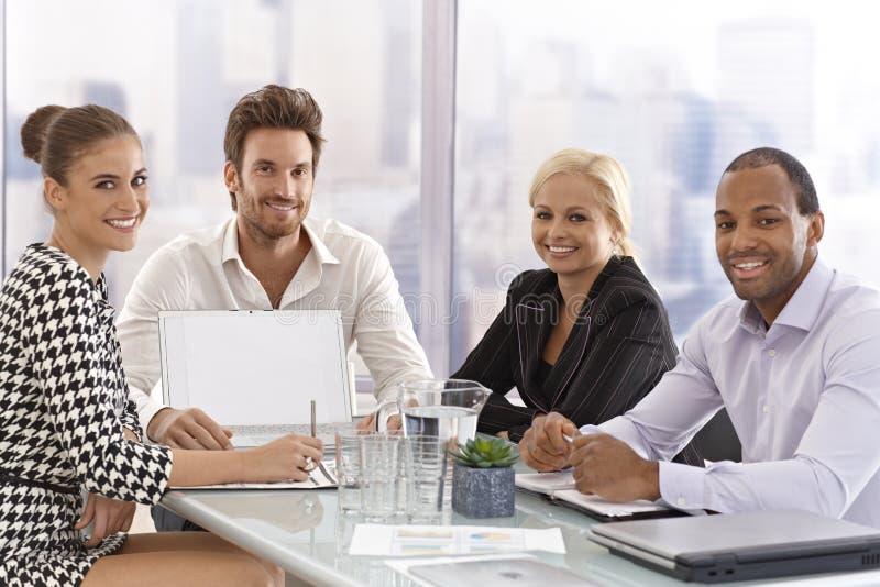 Empresários felizes em uma reunião imagem de stock