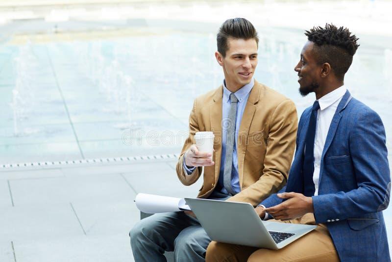 Empresários felizes que discutem o negócio fotografia de stock royalty free