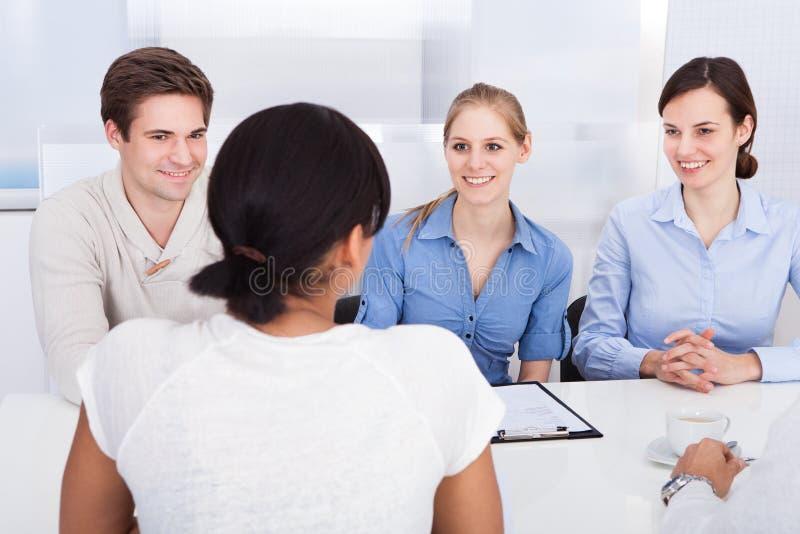 Empresários felizes que falam no escritório fotografia de stock royalty free