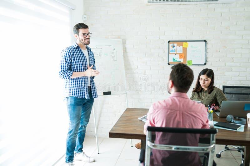 Empresários masculinos e fêmeas que planeiam na reunião da direção fotos de stock royalty free