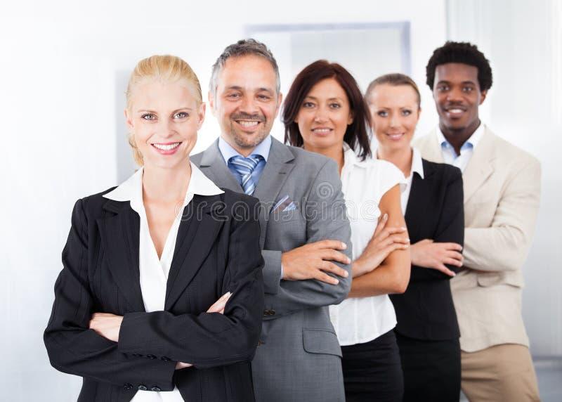 Empresários multirraciais felizes foto de stock