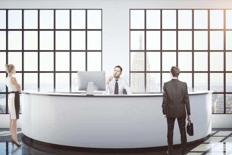 Empresários na mesa de recepção fotos de stock royalty free