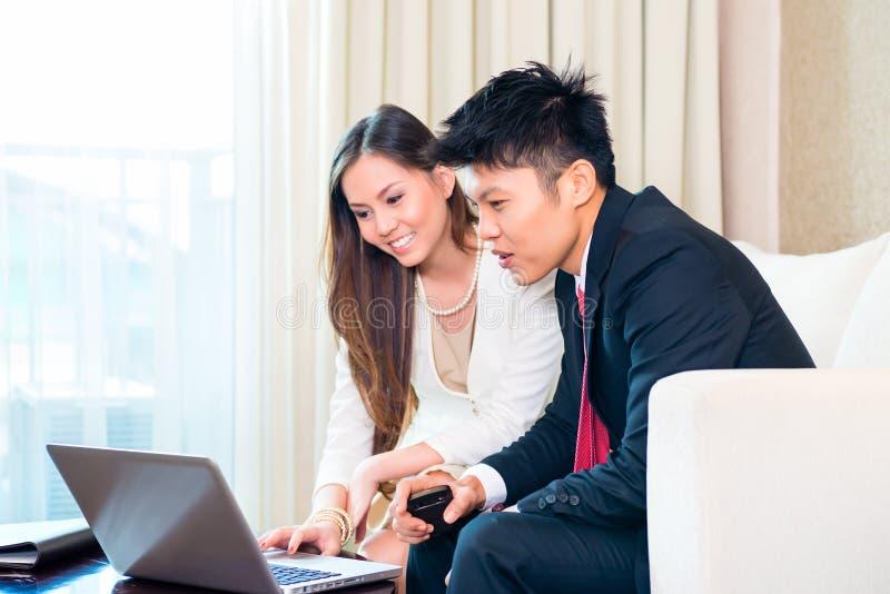 Empresários na sala de hotel asiática fotografia de stock