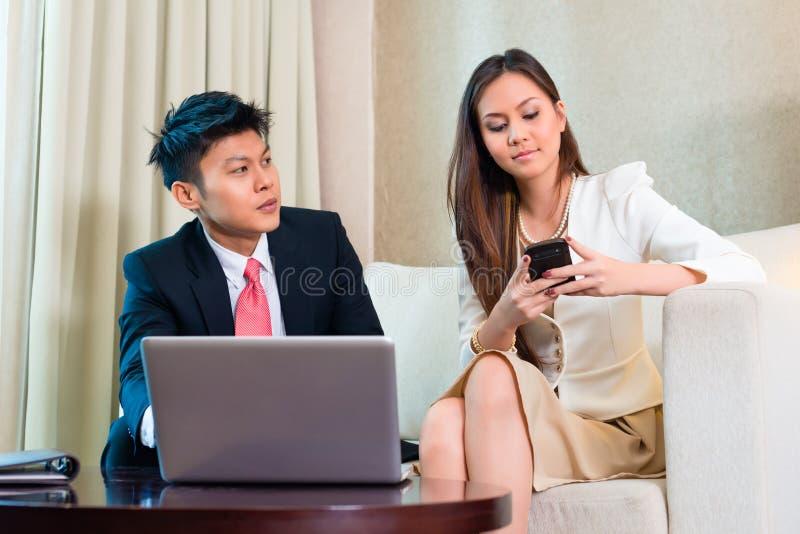 Empresários na sala de hotel asiática foto de stock