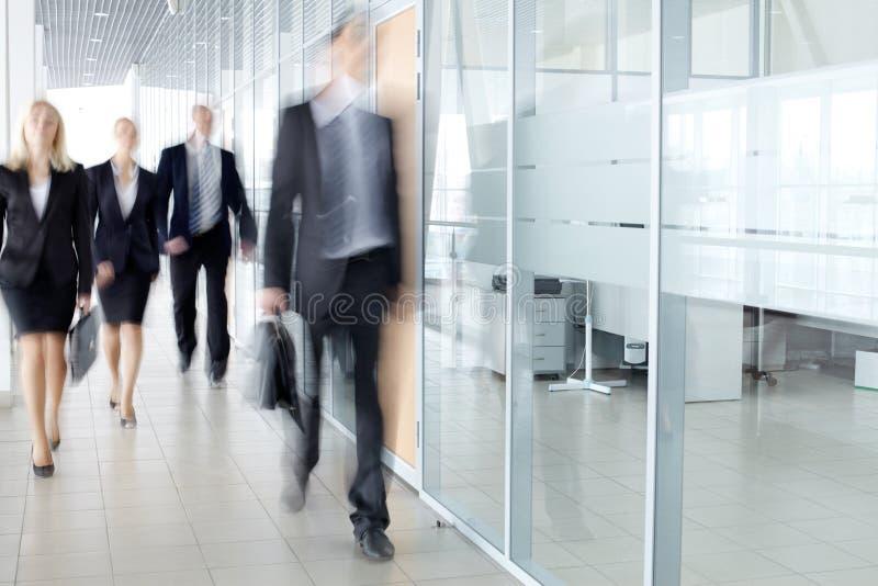 Empresários No Corredor Fotografia de Stock Royalty Free