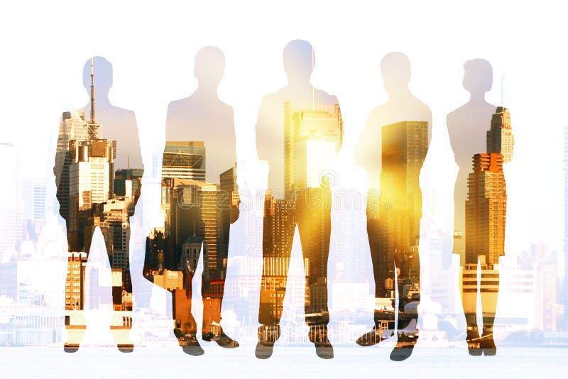 Empresários no fundo da cidade imagens de stock royalty free