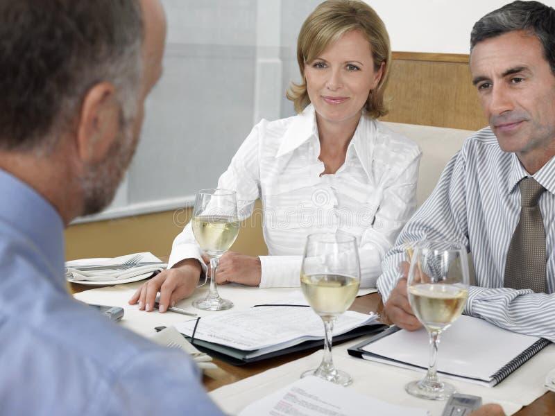 Empresários no restaurante imagens de stock royalty free