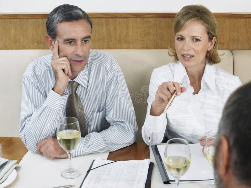 Empresários no restaurante imagem de stock