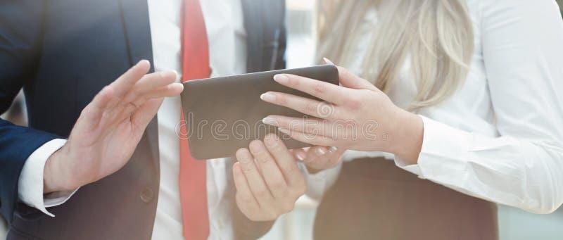 Empresários novos que guardam o close up da tabuleta imagem de stock royalty free