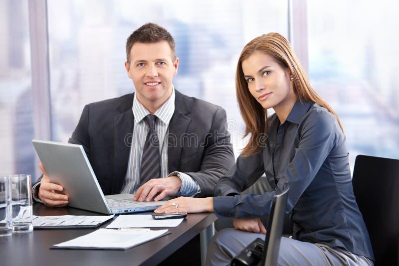 Empresários novos que têm a reunião imagens de stock royalty free