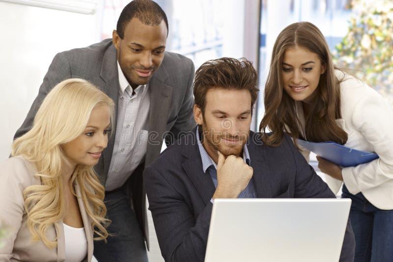 Empresários novos que trabalham junto imagem de stock royalty free