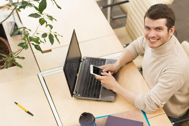 Empresários novos que trabalham junto no escritório fotografia de stock royalty free