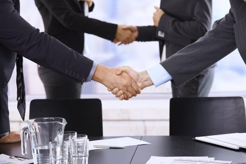 Empresários que agitam as mãos foto de stock royalty free
