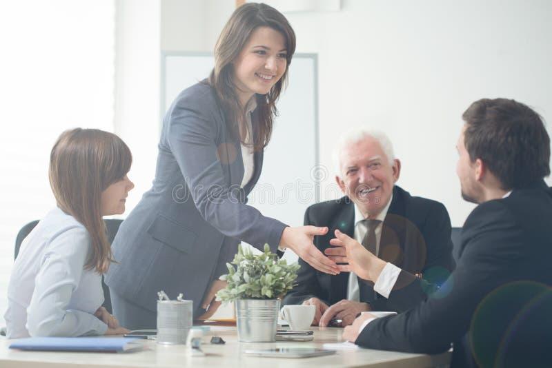 Empresários que agitam as mãos foto de stock