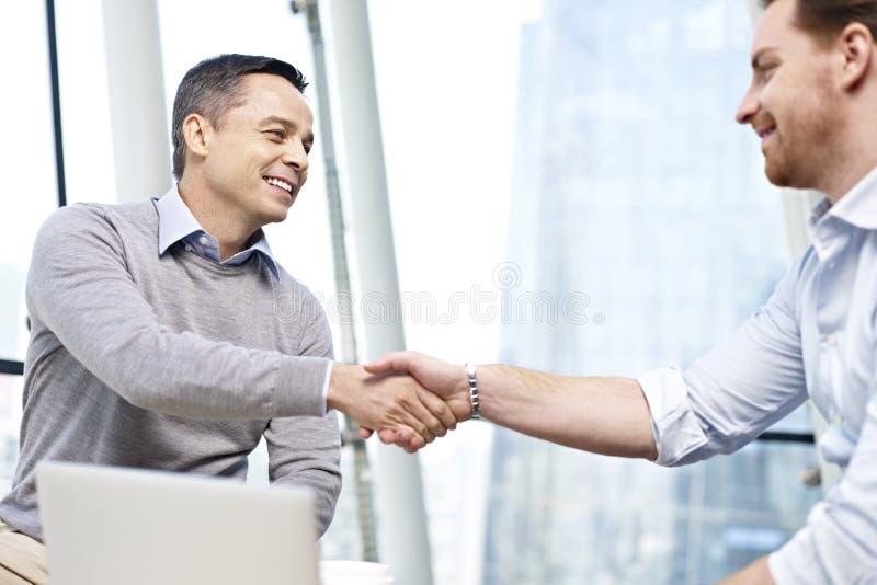 Empresários que agitam as mãos imagem de stock