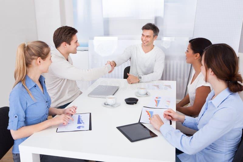 Empresários que agitam as mãos em uma reunião foto de stock royalty free