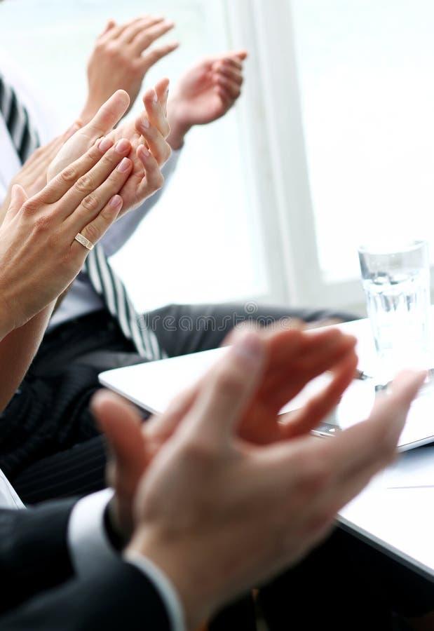 Empresários que aplaudem durante uma reunião imagens de stock royalty free
