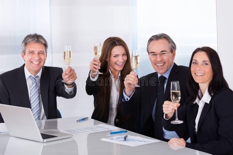 Empresários que brindam Champagne fotografia de stock royalty free