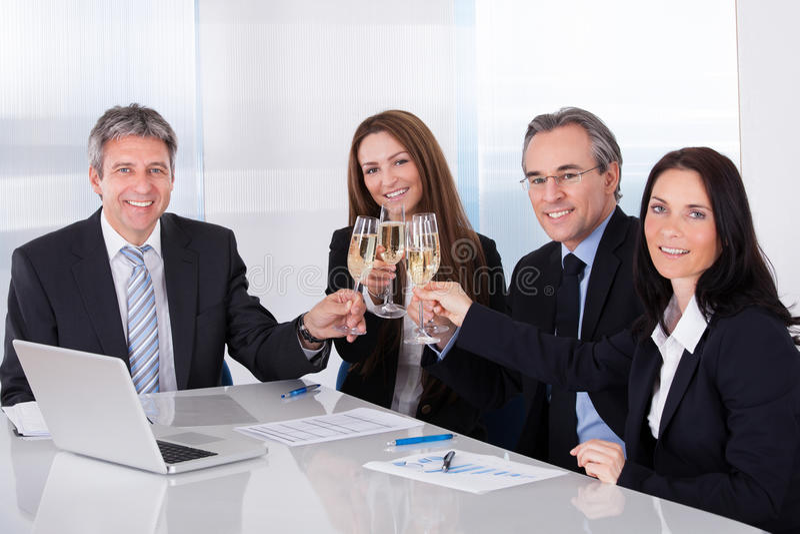 Empresários que brindam Champagne imagem de stock