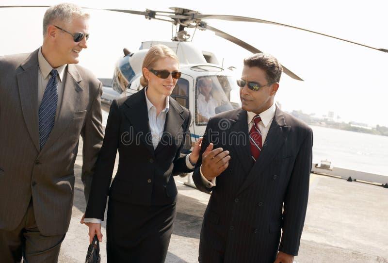 Empresários que chegam do helicóptero foto de stock royalty free