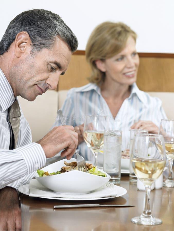 Empresários que comem o alimento no restaurante foto de stock royalty free