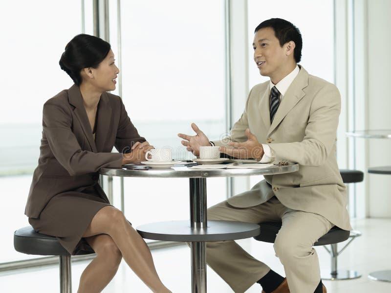 Empresários que conversam sobre o chá na tabela foto de stock royalty free