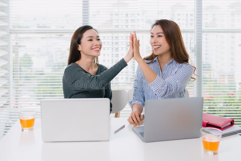 Empresários que dão a elevação cinco no escritório imagem de stock royalty free