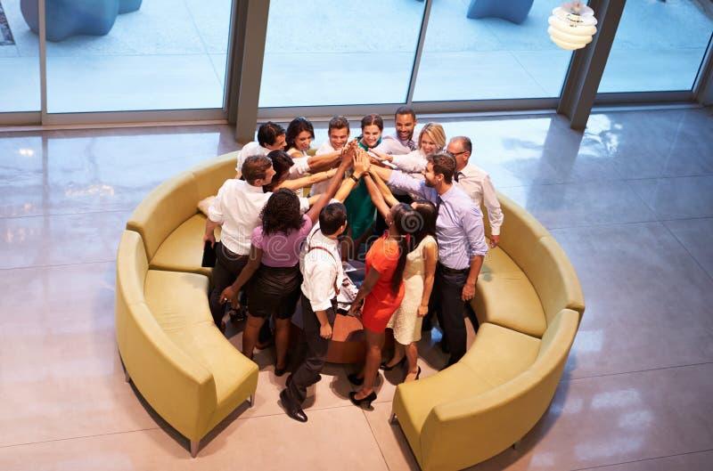 Empresários que dão-se a elevação cinco na entrada do escritório imagens de stock