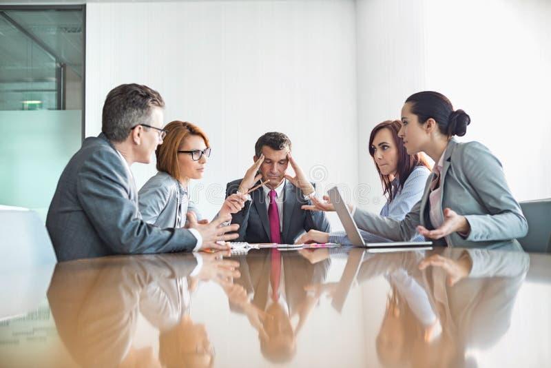 Empresários que discutem na reunião imagens de stock
