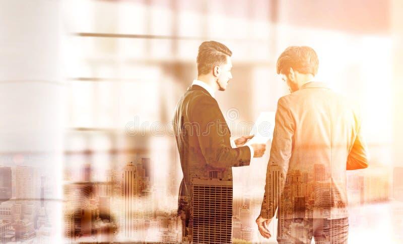 Empresários que discutem o multiexposure do contrato foto de stock royalty free