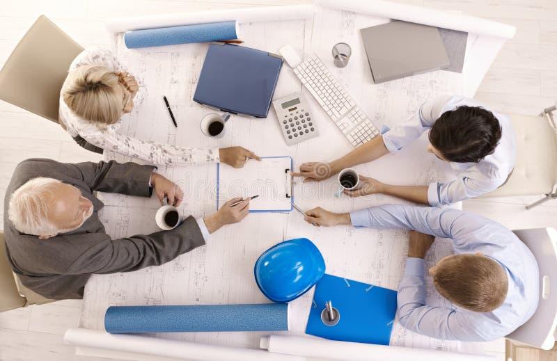 Empresários que discutem o trabalho no escritório imagens de stock royalty free
