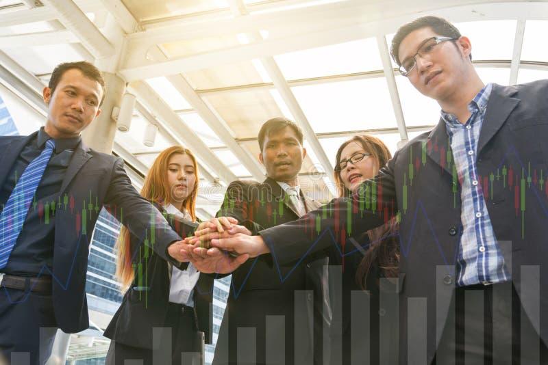 Empresários que empilham as mãos, trabalhos de equipa foto de stock