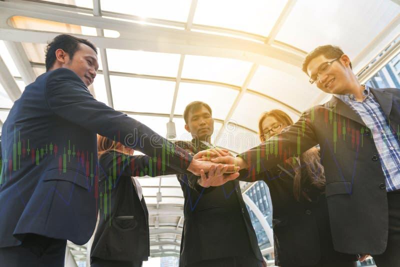 Empresários que empilham as mãos, trabalhos de equipa imagens de stock royalty free
