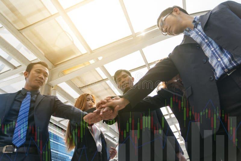 Empresários que empilham o conceito das mãos, dos trabalhos de equipa e planear imagens de stock royalty free