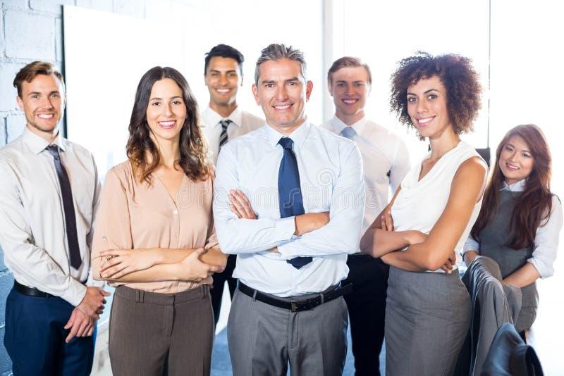Empresários que estão com os braços cruzados fotografia de stock royalty free