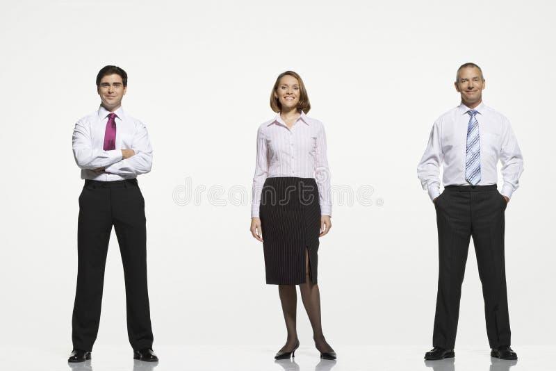 Empresários que estão de lado a lado imagem de stock