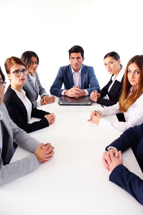 Empresários que sentam-se na tabela imagens de stock royalty free