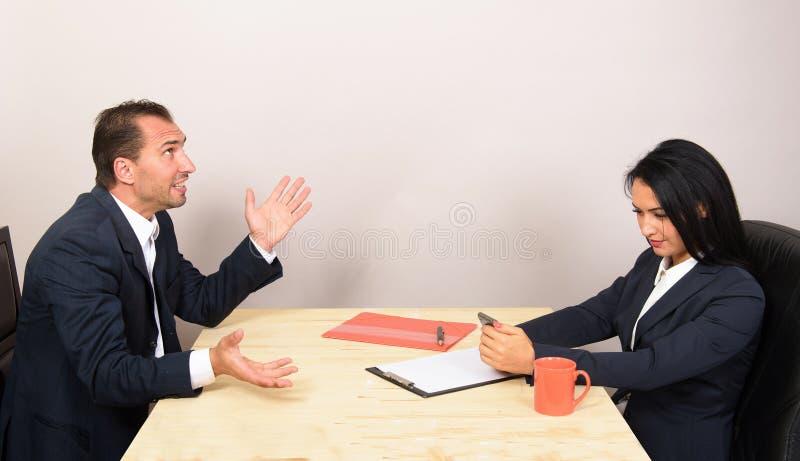 Empresários que sentam-se na tabela fotos de stock