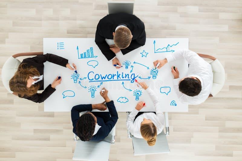 Empresários que sentam-se no espaço de CoWorking imagens de stock royalty free