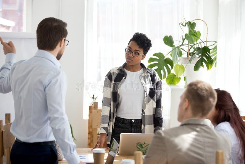 Empresários que sentam-se no seminário na sala de conferências dentro fotos de stock royalty free