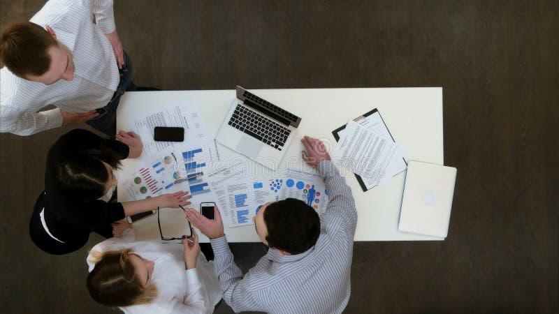 Empresários que têm o argumento pequeno no escritório fotografia de stock royalty free